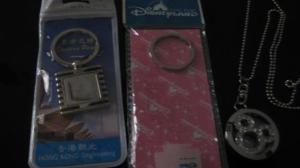 Gantungan kunci dan kalung dari Disneyland Hongkong