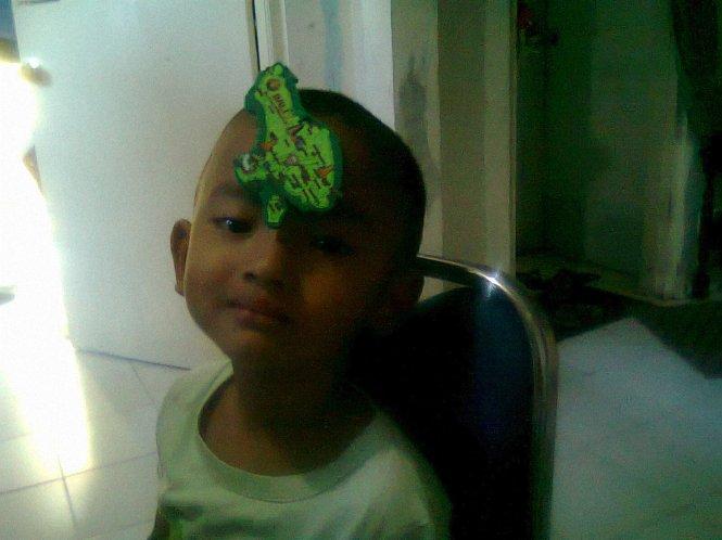 Keponakanku waktu lagi sakit. Sakit aja, berusaha tersenyum saat difoto sama Tantenya :)