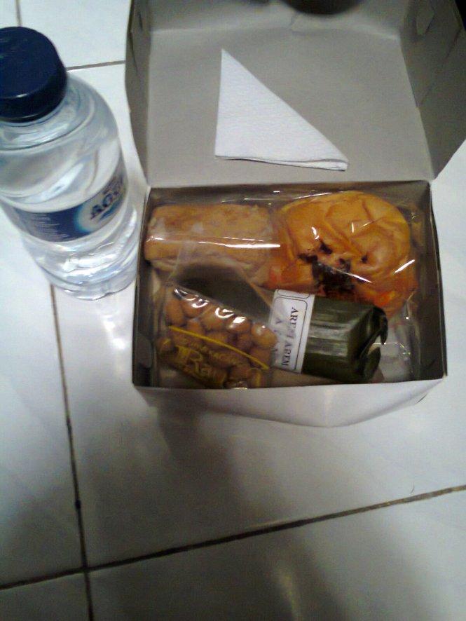 Snack, minuman air mineral botol kecil + fresh tea. O iya, kotak snack punyaku dan Phie isinya berbeda lho, untung aku suka dengan isi snackku plus isinya lebih banyak.