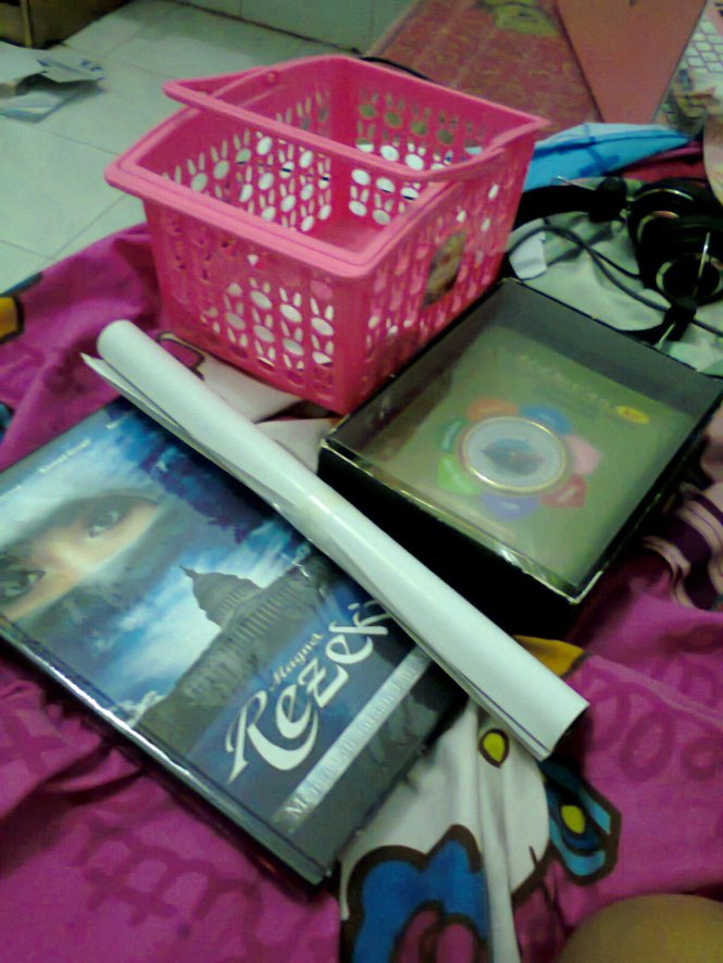 Buku Magnet Rezeki, Al Qur'an kompas, dan keranjang warna pink.