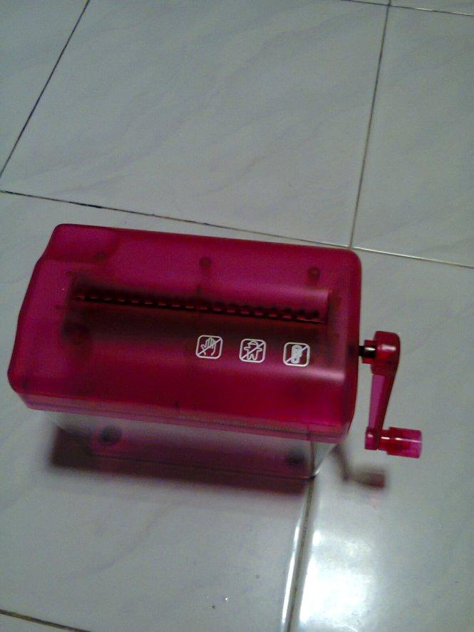 Alat penghancur kertas warna pink