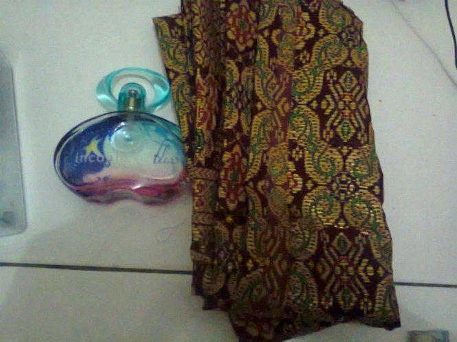 Kain Palembang dan parfum yang diberi oleh Mbak Desi.